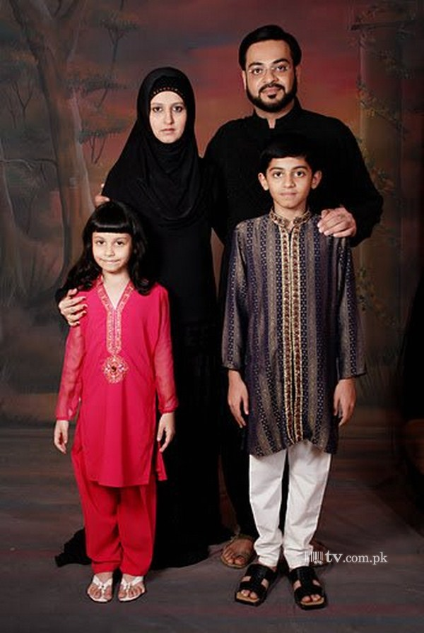 Aamir Liaquat Hussain with Wife and Kids Family 2156