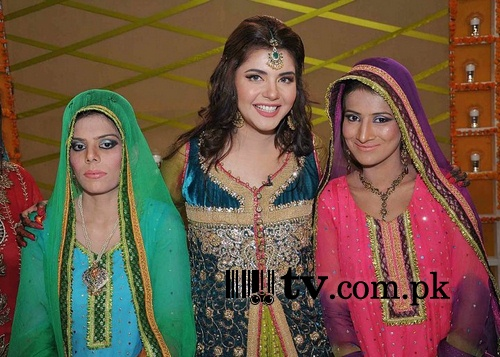 Nida Yasir on sets of Good Morning Pakistan Image 4